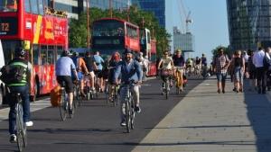Bikenomics: ciclisti e pedoni spendono il 40% in più degli automobilisti