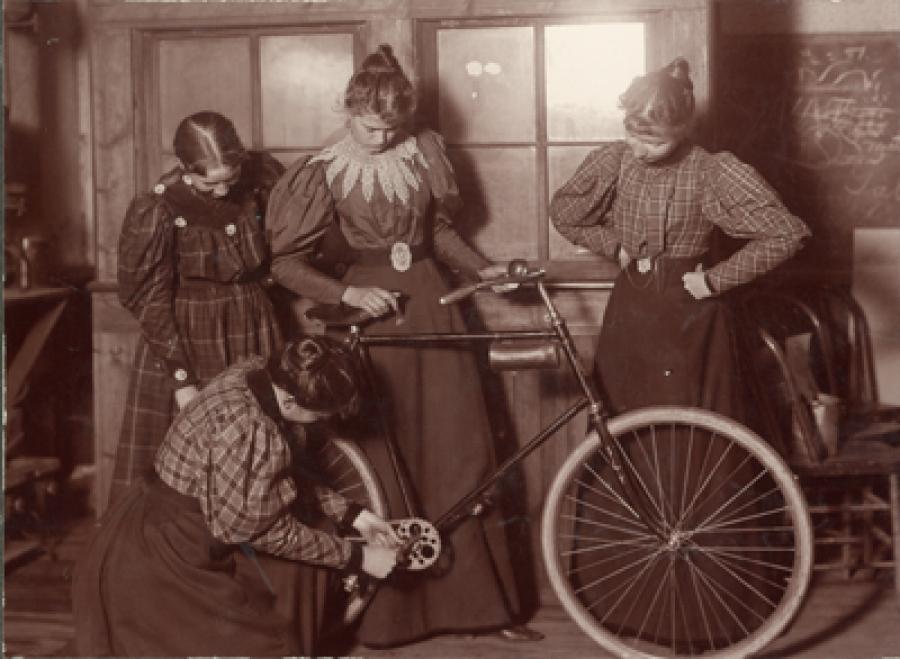 La Bicicletta E Lemancipazione Delle Donne