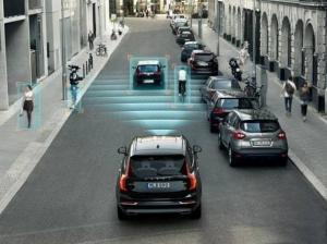 """""""La tecnologia a bordo non riconosce sempre i ciclisti"""": il test che boccia le auto intelligenti"""